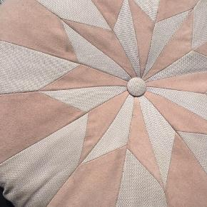 Sælger smuk rund rosa pude fra Place de Bleu. Designet og syet på deres systue i København.  Virkelig smukt håndarbejde. Syet af hhv. groft vævet stof og rosa ruskind.  Kan evt nænsomt renses i hånden.  Nypris styk 750.   Sælges til 300. Fast pris.
