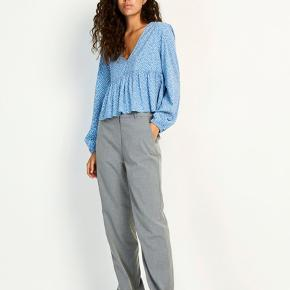 Super fine bukser fra Envii i grå. Fejler intet og skal derfor videre til en ny ejer 💐