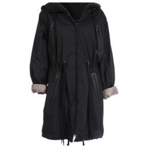Lækker forårsfrakke i let stof ( ikke regnfrakke gummi agtig , mere lækker/ekslusivt ). Vind og vandtæt. Nypris 2500,-