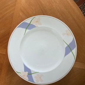 """Tallerkener fra Bing & Grøndahl, """"Blå orkide"""".  De måler 30 cm i diameter og kan bruges som tallerkener, dækketallerkener eller fade. Jeg har 12 stk. og enkelte har små brugsspor i midten af tallerkenen. Prisen er 30 kr. per styk. Bud modtages gerne ved køb af flere eller alle 12 samlet 😊  De kan ikke sendes men skal afhentes i Odense. Kan evt. levere dem til en adresse i Odense C eller M."""