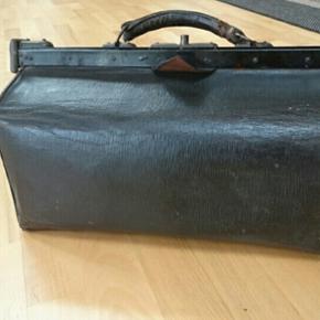 Charmende gammel jordmortaske. Længde 41 cm højde 23cm. Pris 300 kr.