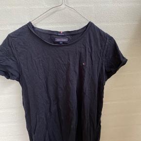 Mørkeblå t-shirt fra Tommy Hilfiger i str. 176. Sælger da den er for lille.