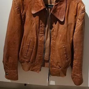Vintage retro brun læder jakke, der er cirka 50 år gammel