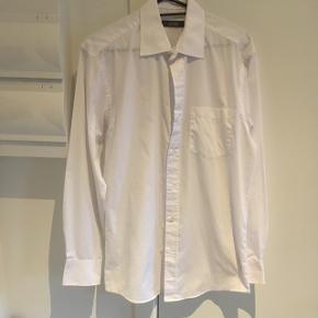 """Dunnes skjorte i perfekt stand. Brugt én gang, men så god som ny. Ideel til fint brug. Size 15"""", cm 38. Svarende til en str. L 65 % polyester 35% bomuld  så super lækker kvalitet"""