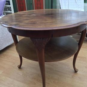 Flot bord i massivt træ!  Superfot gammelt bord med udskæringer og løvefødder Højde 70 cm og bredde 88 cm Almindelige brugsspor