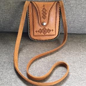 India inspireret læder taske Ægte læder taske, som er blevet overflade behandlet, så den kan holde til lidt af hvert. Aldrig blevet taget i brug.