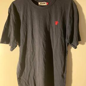 Hej! Jeg sælger denne fine Le Fix t-shirt, da jeg ikke kan passe den mere. Det er en størrelse Small. Den er brugt, men der er ingen huller eller fejl i den! Den sælges til 55kr Hvis du har spørgsmål til trøjen så spørg løs!