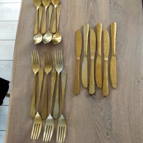Mat guldbestik, ikke så pæn i farven, men rigtig flot i bordopdækningen