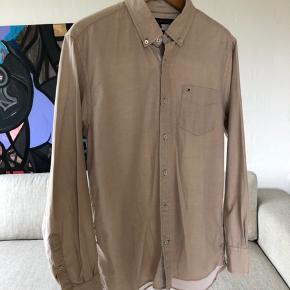 Let casual skjorte Kan styles efter behov både finere/casual hvis man er en typisk Large, og mere skate/baggy hvis man er en typisk Medium.  Aldrig rigtig brugt men et par år gammel.