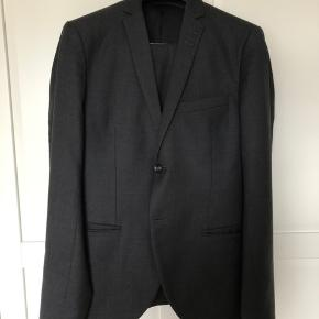 Sælger dette jakkesæt fra Tiger of Sweden model Jil 8 i mørkegrå, da jeg ikke længere kan passe det.   Jeg har brugt sættet 4-5 gange, og fremstår stadig som nyt.  Sættet er desuden lige blevet renset.  https://www.tigerofsweden.com/dk/suits/jil-8-suit-T64555007Z.html?dwvar_T64555007Z_color=2AX#!q=Jil+8&start=3  Nypris: 4500  Sender gerne med DAO.