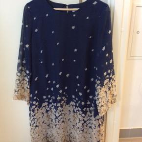 kjole med tynde ciffon ærmer og kjole forret med blå polyester stofLængde fra skulder og ned 92 cm, gå lidt længere ned bagpå 97 cm.  Til en høj pige