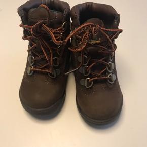 Helt nye super lækre vinterstøvler fra Timberland i str. 23,5. I den flotteste brune efterårsfarve i lækkert læder. De er desværre blevet for små inden de er blevet brugt og jeg har smidt kassen ud, så kunne ikke bytte dem.