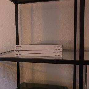 Jeg sælger denne fine IKEA vittsjö reol. Målene er beskrevet på sidste billede.  Reolen har været brugt i 2 år, og der er derfor meget små ridser i glasset, men de ses næsten ikke.   Reolen skal afhentes på 4. Sal på Islands Brygge🌱