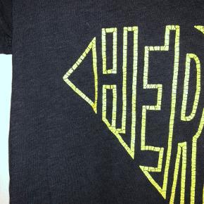 Z&V 'heroes' t-shirt sælges. Det er en meget mørkeblå farve (grænser op mod sort). Den krakeleret skrift er ikke slid. Fitter XS-S
