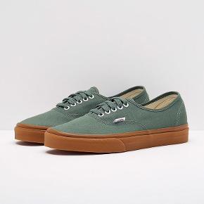 Vans Authentic i farven Duck Green. Er prøvet på og brugt en gang, men stand er 100% som ny. Bytter desværre ikke.  sneakers, Vans Authentic Farve: Grøn Oprindelig købspris: 400 kr.