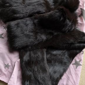 Smukt halstørklæde i ægte pels fra Day Længde 175 cm  Bredde 12 cm Aldrig brugt - fra røgfrit hjem Forsendelse 36 kr