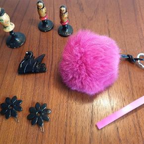 Sort Margit Brandt svane broche m. simili øje. Måler 4 cm x 5 cm. Koster 125,- Pink pels nøglering. Koster 65,- Pink Pico hårspænde. Måler 11 cm. Koster 50,- 2 stk sorte Pico blomster hårclips. Måler 3, 5 cm. Koster 50, -samlet.