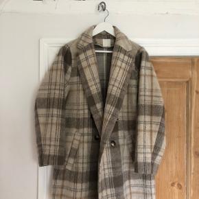 Frakken er en størrelse 44. Frakken passer mig fint, selvom jeg er en størrelse s/m. Frakken er kun en smule oversize på mig.