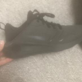 Lækre mørkegrå Nike sko i meget blød kvalitet. 40,5