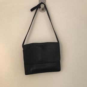 Vintage taske med kort strop - både god som håndtaske, men også som cross body