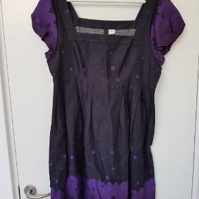 Sort og lilla kjole med pufærmer i str. 42 / L (nok mere en str. 40 end 42)