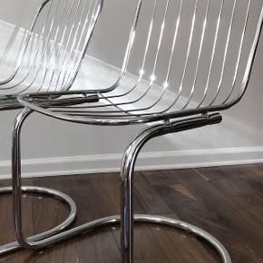 ▶️🛑1 tilbage🛑◀️  Flotte frisvingerstole i blankt stål. 'Cantilever' af arkitekt Gastone Rinaldi. Jeg har brugt dem både omkring spisebordet og som 'office-stol' med en hynde i sædet. Fremstår uden skader.    #retro #vintage #frisvinger #spisebordsstol #spisestol #moderne #stol #klassisk #arkitekt #design