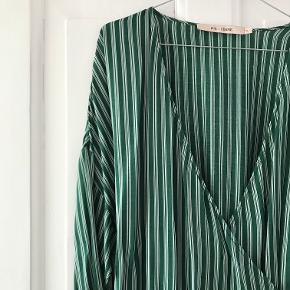 Sælger denne fine slå-om kjole i grøn med hvide striber.