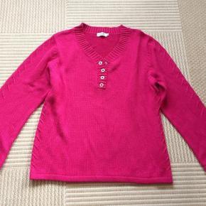 Long Island lækker pink strikbluse str xl. brystvidde ca 2x55 cm og længde ca 66 cm.  Matr 55% acryl og 45% bomuld