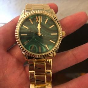 Flot ur i guld med grøn marmor skive