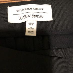 Wide-leg habit bukser m. lidt shine fra & Other Stories. Aldrig brugt. Lommer bagpå (stadig ubrudte) 55% polyester 45% bomuld