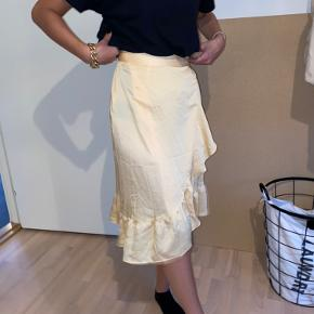 Neo Noir nederdel Str. Xs Brugt 1 gang og har ingen tegn på slid! Giv et bud