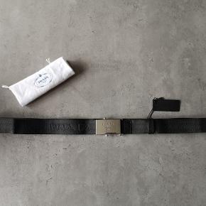 Super lækkert sort Prada bælte. Det er 100 cm og justerbart. Købt til min kæreste i fødseldsdagsgave men han vil have et som lukker med huller. Det har aldrig været brugt og tag er på. Nypris 295 euros