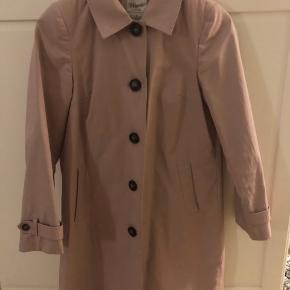 Lyserød frakke fra magasin