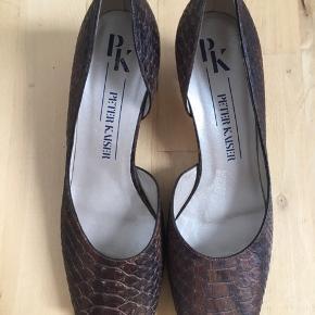 Super cool vintage sandal fra Peter Kaiser i krybdyrpræget læder med åben tå og side samt lille blokhæl. Standen er som ny og de ser ubrugte ud når man kigger under sålen. Str. 39 / UK 6. 100% ægte læder. Kom med et bud.  Varen befinder sig i 9520 Skørping. Sender med DAO.  Se også min øvrige annoncer. Jeg sælger tøj, sko og accessories. Pt er min shop fuld af vintagekup, high street fund og mærkevarer i mange forskellige str. Kig forbi og spøg endelig!!