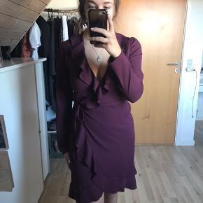 Super flot kjole som jeg desværre ikke får brugt. Stoffet er tynd og kjolen falder flot over kroppen. Størrelse medium men kan også passes af small. :)  Mp: 150