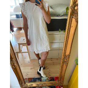 Sødeste bomuldskjole fra Samsøe Samsøe. Brugt et par gange, standen er som ny.  Kan bruges med mesh bluse og jeans under. Den er kraftigt i stoffet og har underkjole i bomuld.  Så sød 🤍 #trendsalesfund