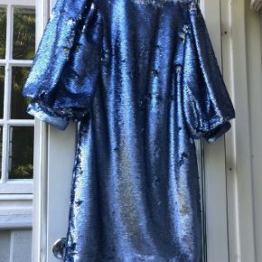 Lynlåsen er slidt i bunden, men den virker stadig uden problemer. Lidt misfarvning inden i kjolen. Intet der ses, når den er på. Så flot festkjole fra Ganni. Modellen hedder Ganni sequins mini dress.