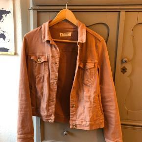 populær denim jakke fra mango  god til forår og sommer  byd