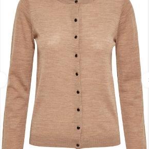 Den klassiske Gestuz cardigan (MerinaGZ strikcardigan) i farven Tan melange. 100% uld Aldrig brugt Bytter ikke