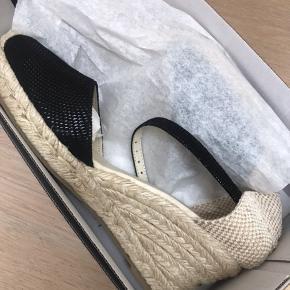 Sandaler med kilehæl. Str 38. Np 500kr. Mp 120kr
