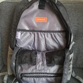 Ny aldrig brugt,køb fejl til hverdag brug rygsæk fra Merrell.  H 32cm x D 18cm x B 29cm.
