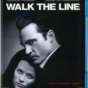 0475 - Walk the Line  (Blu-ray) Dansk tekst - I FOLIE   Love is a burning thing.  Dette er historien om Johnny Cash. Vi følger ham fra den tidlige barndom, hvor broderen bliver dræbt ved et uheld, - en begivenhed, der for evigt ødelægger forholdet til faderen.   Efter en tur i hæren møder Cash pigen Vivian og bliver gift med hende. De får et barn, men Johnny har svært ved at forsørge familien som dørsælger. Da det en dag lykkes ham at få en audition i et pladestudie, og han får lov til at synge nogle af de sange, han skrev, mens han var i hæren, er hans lykke gjort. Han får en karriere som sanger og bliver stadig mere populær. Senere, mens han er på turne, møder han sangerinden June Carter, som bliver hans livs helt store kærlighed.   James Mangold imponerede med sine tidligere film, men  Kate & Leopold  og  Identity skuffede fælt.  Walk the Line  har dog gået fantastisk godt i biograferne, og både Joaquin Phoenix som Johnny og Reese Witherspoon som June rammer plet. Begge synger endda selv deres sange - det er næsten helt uhørt!