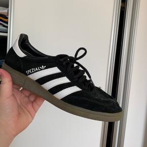 Adidas spezial - skide god sko, dog er syningen på snuden gået op, man kan godt bruge dem med det, men hvis man er lidt fiks med en nål og tråd kan det være man kan lave dem så gode som nye.