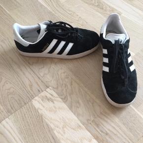 Adidas Gazelle sneakers str. 39 1/3. Farve: Sort med hvide striber Stand: God #trendsalesfund