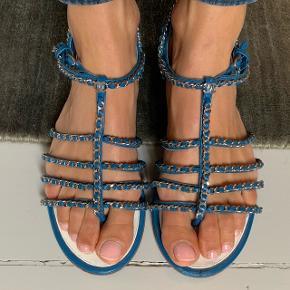 Flotteste blå Chain Chanel sandaler. Brugt få gange. Kvittering, dustbag og æske medfølger. Kun lidt alm slid som ses på billede. Nypris over 8000. Pris er Ikke til Forhandling