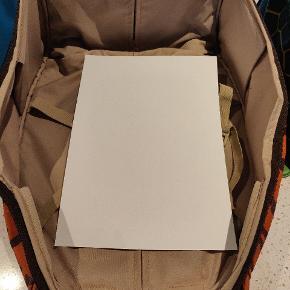 Sød kuffert fra Samsonite. Brugt, men rigtig fin endnu. Der står navn i den.