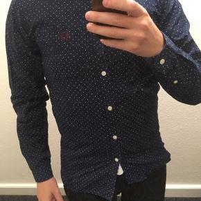 """Skjorte, Fred Perry, str. S, Navy, mørkeblå, Næsten som ny Fred Perry skjorte sælges da jeg aldrig får den brugt.Rigtig lækker """"dotted"""" skjorte Skriv, hvis du er interesseret i flere af mine varer, så finder vi ud af en mængderabat"""