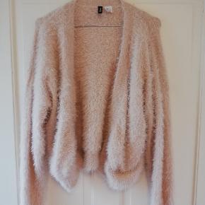 Fin, plysset cardigan i svag rosa. Så lækker at have på og holder godt på varmen.