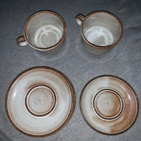 Hej! Jeg sælger disse flotte stentøj kopper og underkopper fra Stogo Danmark. Der er 2 sæt som består af følgende: Kop + Underkop Så er der 2 underkopper til overs, som bliver solgt til billigere priser. Der er dog en af underkopperne som er mindre end de andre, der har et mål på 13,5 cm. Mål: Kop: 7,5 høj Underkop: 15,5 diameter På en af kopperne er der et lille skår som kan ses på billedet, sættet med den kop bliver solgt billigere. Pris: Sæt 1: 40 kr. Sæt 2: 25 kr. (Grundet lille skår under koppen) Ekstra underkopper: 10 kr. Tag det hele til 70 kr. Hvis du har spørgsmål så spørg løs!  Tjek gerne mine andre annoncer ud for en masse billige ting!