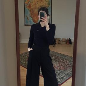 Lacoste bluse i mørkblå med krave. Købt secondhand, så kan ikke 100% afgøre autencitet af brand. Lille i størrelsen.